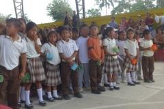 Schüler*innen der Grundschule in der offenen Sporthalle - Estudiantes de la primaria en el gimnasio abierto
